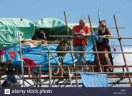 protesters-and-residents-watch-the-press-from-the-iconic-scaffolding-C985BT